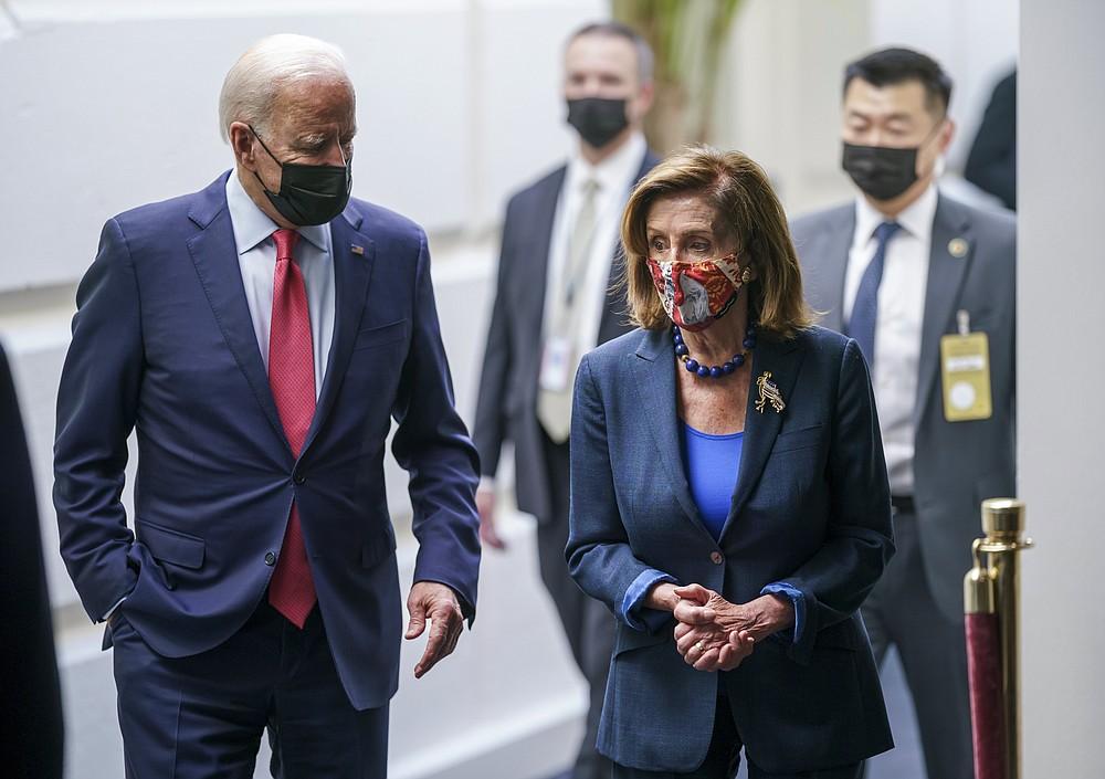 Präsident Joe Biden und die Sprecherin des Repräsentantenhauses, Nancy Pelosi, D-Calif., sprechen in einem Kellerflur des Kapitols, nachdem sie sich mit den Demokraten des Repräsentantenhauses getroffen haben, um seine 3,5 Billionen US-Dollar teure Regierungsrevision zu retten und ein damit verbundenes Gesetz für öffentliche Arbeiten zu retten, Freitag, 1. Oktober 2021. (AP Photo/J. Scott Applewhite)