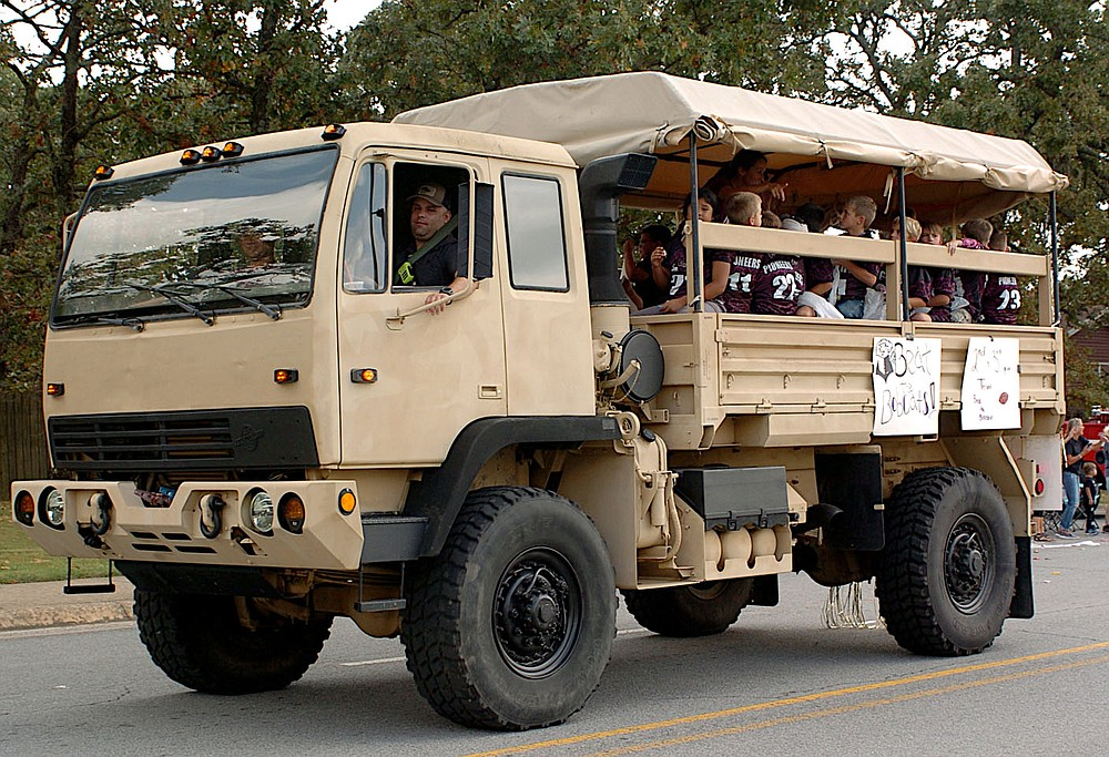 Westside Eagle Observer/RANDY MOLL Groups of young Pioneer football teams participated in Friday's homecoming parade.