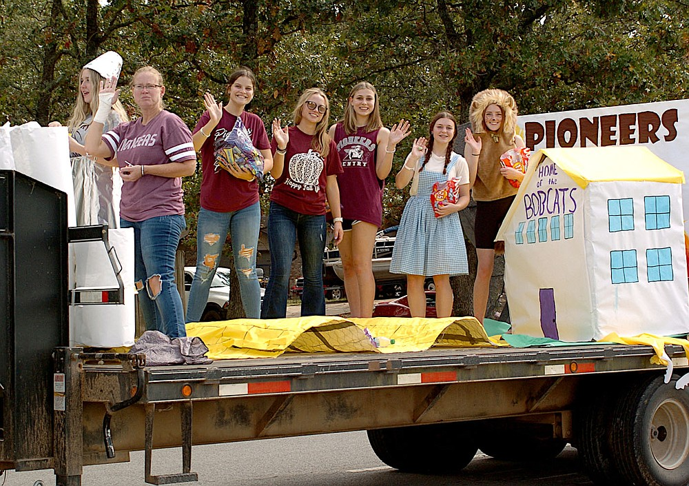 Westside Eagle Observer/RANDY MOLL Gentry's homecoming parade included class floats emphasizing the goal of the Pioneers defeating the Bobcats.