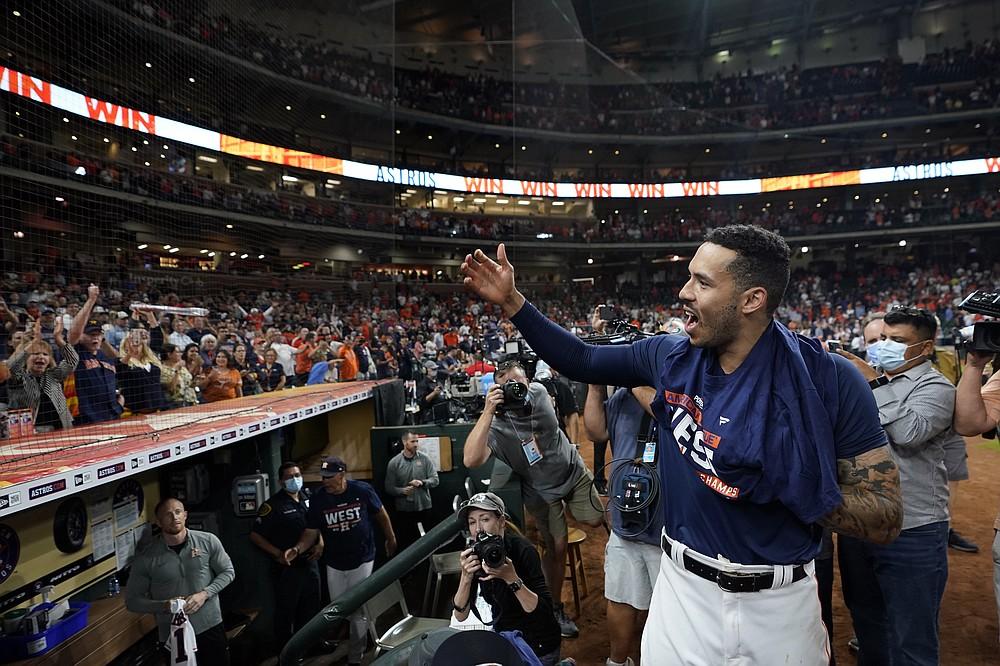 El boricua Carlos Correa, de los Astros de Houston, festeja la conquista del cetro de la División Oeste de la Liga Americana, tras una victoria sobre los Rays de Tampa Bay, el jueves 30 de septiembre de 2021 (AP Foto/David J. Phillip)